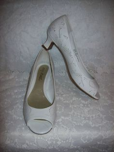 78c464f7c9c8d SAlE 60% Off Vintage Ladies White Peep Toe Pumps by Easy Street Size 7 Now