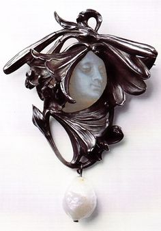 René Lalique 'Art Nouveau' Pendant Brooch 'Woman's Face Surrounded by Lilies' 1898-1900: chased silver, molded glass, baroque pearl. Lalique Museum, Hakone, Japan. Source: René Lalique - Exceptional Jewellery 1890 - 1912