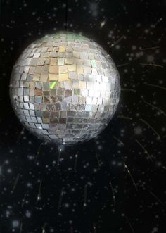 With this step-by-step tutorial, you can make your own disco ball using old CDs!