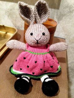 knitted sweater pattern for little cotton rabbits Knitted Stuffed Animals, Knitted Bunnies, Knitted Teddy Bear, Knitted Animals, Knitted Dolls, Knitting Projects, Crochet Projects, Knitting Patterns, Crochet Patterns