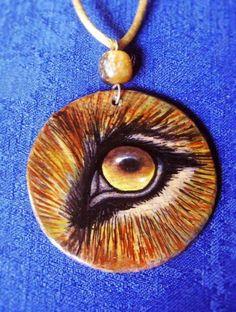 Colgante OJO DE LEÓN  madera pintada a mano por CREACIONESAMANDART amanda-rt.blogspot.com www.facebook.com/CreacionesAmandart