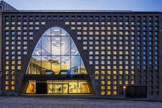Knap staaltje architectuur! De bibliotheek van de Universiteit van Helsinki betovert je met al haar ramen en lichtinval.