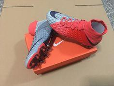 huge discount 73b11 07e5c Le Nike Hypervenom III Rouge Gris est la chaussure du parfait buteur. Elle  se montre