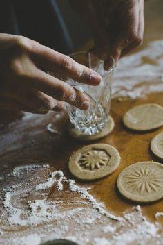 INGWERPLÄTZCHEN MIT MUSTER Guetsli mit Ingwergeschmack und anderen feinen Gewürzen sind wie feine, kleine Lebkuchen. Benützen Sie ein altes, gemustertes Glas, um ihnen eine schöne Oberfläche zu geben. (Bild über: Bread and Olives)