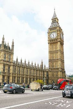 10 reasons why winter is the best time to visit London. The city looks beautiful during the fall and winter months and it's a great way to save money and enjoy the holiday festivities. I love this photo of Big Ben (Elizabeth Tower) in London.