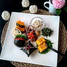 mizuu plus's dish photo 筑前煮 春菊の胡麻和え 大根とツナのマヨ和えでパッカンおにぎりとクッション風おにぎりプレートランチ | http://snapdish.co #SnapDish #煮物 #野菜料理 #卵焼き #和食 #お花見弁当グランプリ2017