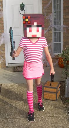 This just gave me an idea to cosplay my own minecraft skin XD.This is what my daughter wants to be for Halloween. Were working on a Minecraft princess for her :-) Best Girl Halloween Costumes, Minecraft Halloween Costume, Minecraft Costumes, Cool Costumes, Halloween Crafts, Halloween Party, Minecraft Outfits, Costume Ideas, Creeper Costume
