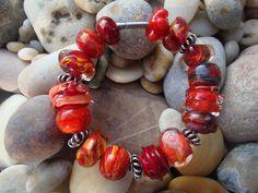 Armband in 5 tinten rood, dekkend en transparant glas, afgewerkt met rvs buisslot.