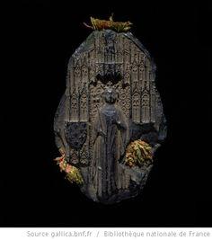 (s')IOhANE DI GRA FRANCO(r &) NAVARR(e regine camp et) BE COITISSE P(alat) : [ La reine debout, de face, couronnée, en robeet manteau, tenant un sceptre fleurdelisé à droite, et à gauche le fermail de son manteau; dans une niche gothique portant à gauche l'écu de France ancien et à droite celui de Navarre ]
