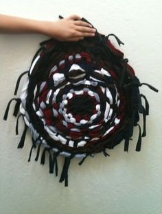 Hula-Hoop Rug-How-To. With detailed instructions: http://thestir.cafemom.com/home_garden/121689/how_to_make_a_hulahoop?utm_medium=sm_source=pinterest_content=thestir
