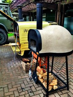 If you've not eaten pizza from a wood-fired oven before, you don't know what you're missing - if you have it's probably one of the best things you've eaten. Wood Oven, Wood Fired Oven, Wood Fired Pizza, Outdoor Kitchen Bars, Pizza Oven Outdoor, Outdoor Cooking, Just Pizza, Four A Pizza, Barbecue