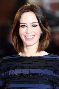 Emily Blunt Hair with the perfect bob. Modern Bob Hairstyles, Blunt Bob Hairstyles, Hairstyles Haircuts, Cool Hairstyles, Hairstyle Hacks, Brown Hair Blue Eyes Pale Skin, Hair Pale Skin, Emily Blunt, Blunt Hair