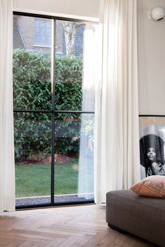 The most finest and purest aluminium windows with a steel look frame.be Picture by Annick Vernimmen Aluminium Windows And Doors, Pvc Windows, Modern Windows, House Windows, New Living Room, Home And Living, Steel Frame Doors, Window Frames, Houses