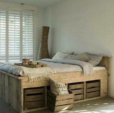 love the under-bed storage in this country inspired room | ne jetez jamais