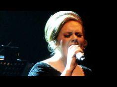 """E no meio da minha viagem """"de moda"""", dei uma escapadinha para conferir o show da Adele, que entrou para a minha lista de cantoras favoritas recentemente. Um pouco antes de vir, soube que ela faria somente três shows bem na semana que estaria aqui em Londres. Muita sorte! Não podia deixar essa oportunidade passar, né? Ainda mais porque foi na cia do meu irmão, que está passando uma temporada aqui, e o responsável por me """"apresentá-lá"""". Cantei, chorei, vibrei… até tchauzinho dela nós ganhamos…"""