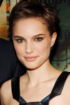 Natalie Portman is one of the actresses who chop their hair for their role. In our gallery you will find the images of 15 Nice Natalie Portman Pixie Cut that. Short Pixie Haircuts, Pixie Hairstyles, Short Hairstyles For Women, Trendy Hairstyles, Short Hair Cuts, Hairstyles 2016, Corte Pixie, Pelo Pixie, Celebrity Short Hair