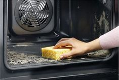 The Easy Way to Clean Oven - Home Cleaning Cleaning Day, Oven Cleaning, Cleaning Hacks, Dusty House, Clean Toilet Bowl, Flylady, Shoe Display, Window Cleaner, Griddle Pan