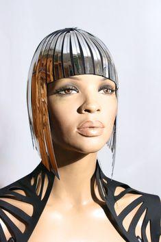 Coiffure perruque métallique Cléopâtre en chrome ou or par divamp