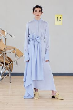 See the complete Roksanda Resort 2018 collection.