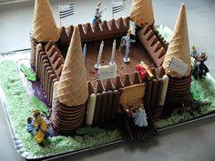 Gâteau d'anniversaire au chocolat : thème château fort et chevalier