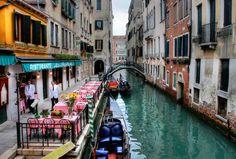 Kanal kıyısında Venedik'ten küçük bir restoran