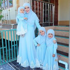 and baby muslim (notitle) Family Outfits, Kids Outfits Girls, Girl Outfits, Kids Abaya, Pashmina Hijab Tutorial, High Five, Mother Daughter Fashion, Islam Women, Islamic Girl
