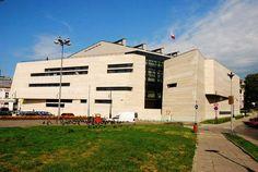 Wnętrze dynamicznie ukształtowanej bryły wita dynamicznie załamującymi się ścianami, tworzącymi niezliczoną ilością kątów i zaskakującą grą świateł i cieni. To nowa siedziba Muzeum Narodowego Ziemi Przemyskiej, a przy okazji – pierwszy zrealizowany po wojnie gmach Muzeum Narodowego w Polsce. Projekt powstał w pracowni KMM Biuro Projektowe. Więcej na: http://sztuka-architektury.pl/index.php?ID_PAGE=15610