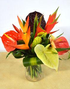 Madinina est un bouquet exotique composé 5 Anthuriums hybrides, 1 Balisier 3 Héliconias et son feuillage dont les fleurs sont fraîchement importées de notre plantation à la Martinique.