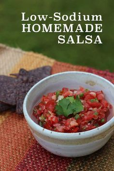 It's easy to make your own homemade Low-Sodium Salsa. 5 ingredients and 10 minutes are all you need! Low Sodium Salsa Recipe, Sodium Free Recipes, Salt Free Recipes, Salt Free Salsa Recipe, Low Sodium Pickles Recipe, Low Sodium Taco Seasoning Recipe, Low Sodium Snacks, No Sodium Foods, Low Sodium Diet