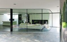 Dutch architecture firm recently completed this modern villa, called Villa Veth, in Hattem, Netherlands. Vitrier Paris, Glass Blocks Wall, Glass Walls, Interior Minimalista, Curved Glass, Interior Exterior, Interior Design, Design Interiors, Style At Home