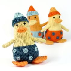 What a chitter and chatter, when all my pretty ducklings come together! They just peeled away their eggshells, and now there is so much to explore for the little ones. They are an easy and quick knit, so in no time you will have your own backyard crowded with cheerful downy ducklings ...The yarns below are suggestions, you need only leftovers!Was für ein Gequake und Geschnatter! Kaum haben alle meine Entchen sich aus ihren Eiern geschält, sind sie schon unterwegs, um die große weite Welt zu…