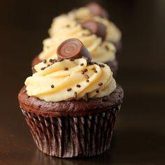 Schokoladen-Cupcakes mit gesalzener Karamellbuttercreme