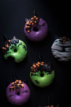 Halloween Unicorn Donuts are a fun and creative way to celebrate Halloween. Baked donuts frosted with candy melts and decorated in a haloween theme. Halloween Donuts, Halloween Desserts, Halloween Treats, Halloween Baking, Fall Treats, Fall Recipes, Holiday Recipes, Haloween Cakes, Pan Nube