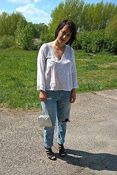 VGRV blog, distressed denim, light blue jeans, white folk blouse, black leather sandals, vintage silver mini bag