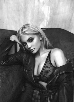 Kylie Jenner in a See Through Bra! via Viral Curiosity Outtakes of Kylie Jenner posing in a see through bra! Kylie Jenner Outfits, Kylie Jenner 2017, Kylie Jenner Photoshoot, Kylie Jenner Fotos, Trajes Kylie Jenner, Kylie Jenner Style, Kardashian Kollection, Kardashian Jenner, Kylie Travis