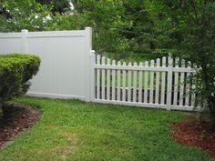 Custom vinyl privacy and picket fence design by Mossy Oak Fence Company, Orlando & Melbourne, FL backyard design diy ideas Vinyl Picket Fence, White Vinyl Fence, Vinyl Privacy Fence, White Picket Fence, Diy Fence, Fence Landscaping, Vinyl Fencing, Fence Ideas, Privacy Fences