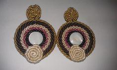 Pendientes artesanos hechos con cabuchones de nácar, cerámica u otros y cosidos con rocallas de cristal checo, y cordón de seda. Muy ligeros y elegantes. Cierre Omega