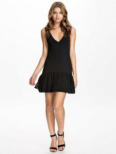 Nelly.com: Shaped Lowfrill Dress - NLY Trend - vrouw - Zwart. Iedere dag nieuwe artikelen. Meer dan 800 merken. Oneindig veel variatie.