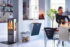 Slank og stilig peisovn i aluminium med store glassflater som gir et stort flammebilde.