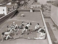 Mujeres boxeando en una azotea en Los Ángeles. [1933]