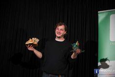 Bilder vom Kabarett-Wettbewerb Grazer #Kleinkunstvogel 2016 im #Theatercafé Graz am 19. März 2016   Überaus vielversprechend ist der diesjährige Gewinner: Der sympathische David #Scheid aus Matzen in Niederösterreich tauschte das altbewährte Kabarett-Instrument Gitarre gegen Plattenspieler und Mischpult und konnte nicht nur das Publikumsvoting, sondern auch die Jury für sich gewinnen.  #KabarettWettbewerb #GrazerKleinkunstvogel #TheatercafeGraz #DavidScheid Austria, David, Pictures, Small Art, Record Player Table, Guitar