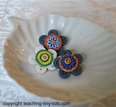 Toddler Activities: Button Flowers Add Color to any Vase for Spring or Mother's Day How To Make Buttons, Button Flowers, Mothers Day Crafts, Craft Night, Button Crafts, Easy Projects, Toddler Activities, Zippers, Jewelry Crafts
