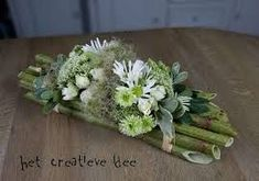 Risultati immagini per aspidistrablad vouwen Modern Floral Arrangements, Floral Centerpieces, Flower Arrangements, Deco Floral, Arte Floral, Floral Design, Church Flowers, Funeral Flowers, Ikebana