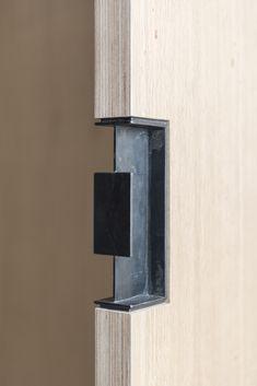 Gallery of / Ventura Studio - 16 Sliding Door Design, Sliding Doors, Entry Doors, Detail Architecture, House Architecture, Timber Door, Wooden Doors, Joinery Details, Black Door Handles