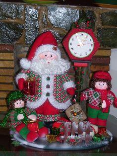 Resultado de imagen para cafeteras navideñas en paño lency Christmas Clock, Christmas Wreaths, Christmas Decorations, Christmas Ornaments, Holiday Decor, Crafts, Home Decor, Clocks, Tutu