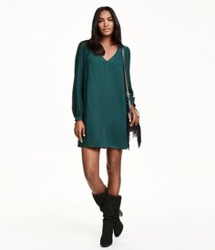 V-neck tunic in woven crêpe fabric. Long puff sleeves with ties at cuffs. Side-seam pockets.