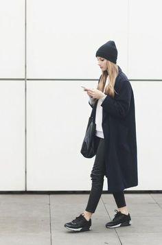 ブラックのロングコートは合わせやすい万能アイテム。ブラック&ホワイトでまとめるとカジュアルなアイテムもシックな印象になります。