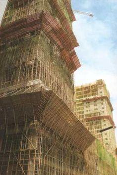 #andamios de bambú retorciéndose por las fachadas