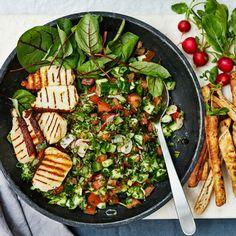 Denna somriga sallad med mynta och halloumi är härlig som den är eller som tillbehör till grillat. Salladen serveras med pitabröd och en dressing gjord på vitlök, olivolja och färskpressad citronjuice. Halloumi, Salad Recipes, Healthy Recipes, Healthy Food, Cookie Do, Cookies Policy, Palak Paneer, Food For Thought, Cobb Salad