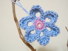 Little Crochet Flower (free pattern at the bottom of the post)